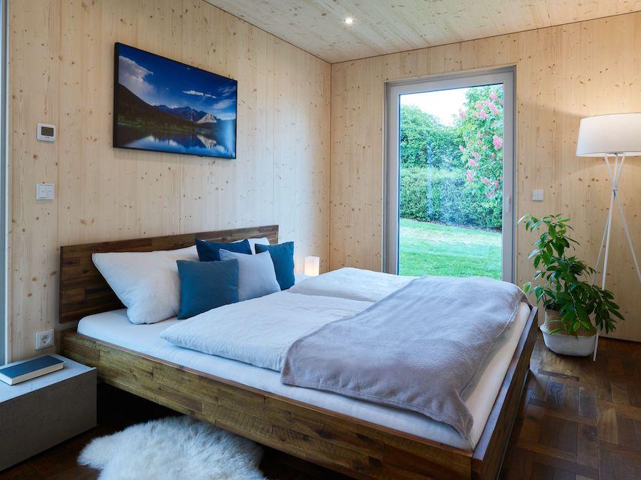 Ein Schlafzimmer mit viel Holz