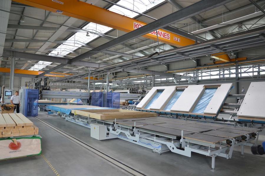 Eine Fabrikhalle mit Holz